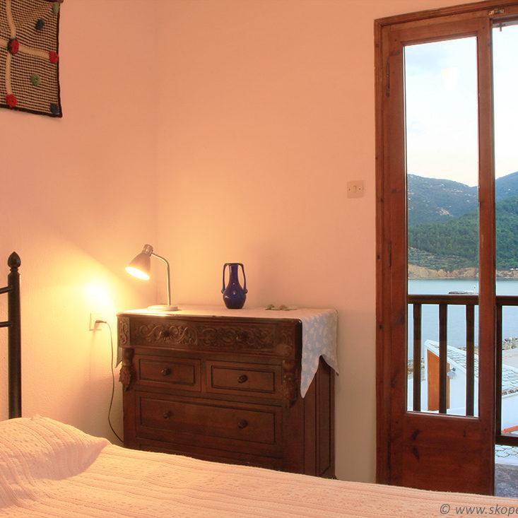 skopelos.net_bacony_bedroom.03